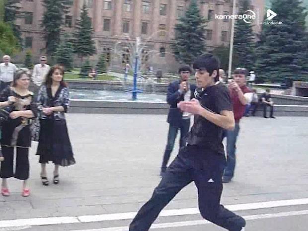 Mannen springer i otrolig fart - baklänges
