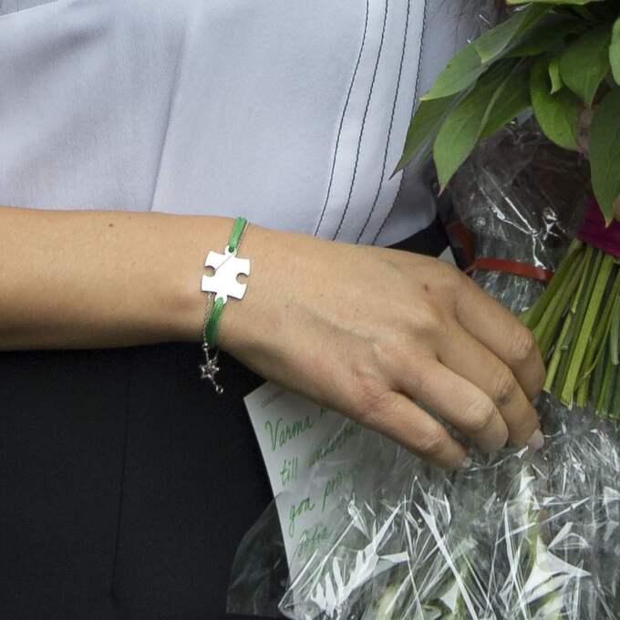 Armbandet med en pusselbit – som säljs till förmån för Project Playground – är ett annat armband som ofta pryder Sofias handled. Foto: Martin Hoeien