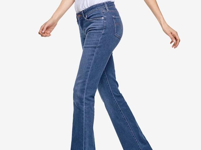 Slimmar.  Jeans 715 slim bootcut från Levi's i skön stretchdenim. Modell med smal passform, smala lår och utsvängda benslut. Klassiska femficksjeans med kort dragkedja, 999 kronor, Ellos.
