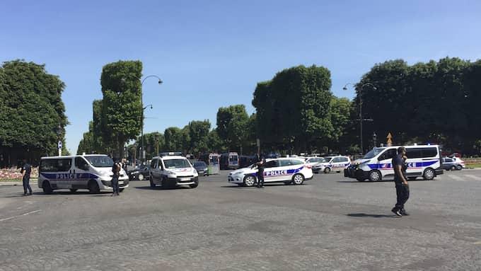 Under måndagen pågick en säkerhetsinsats på Champs–Elysees i Paris. Foto: BERTRAND COMBALDIEU / AP TT NYHETSBYRÅN