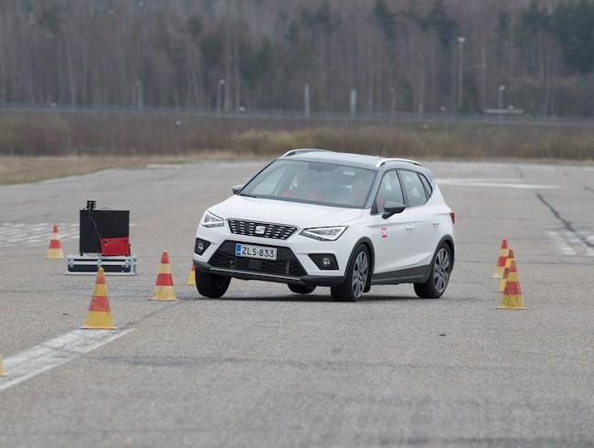 Bilbältet i baksätet löste ut vid undanmanöverprov när nya Seat Arona testades av finska biltidningen Tekniikan Maailma.