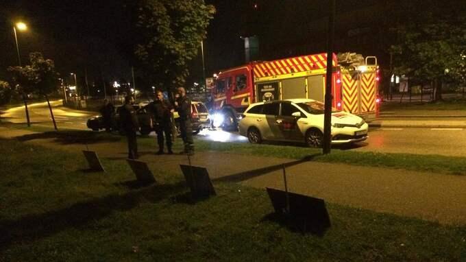 Räddningstjänst, polis och ambulans larmades till tältplatsen utanför Migrationsverkets lokaler under natten. Foto: Privat