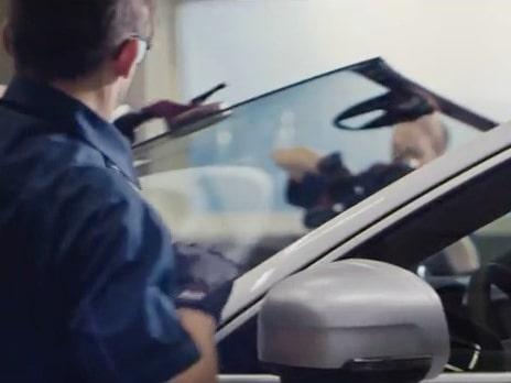 På Youtube och i reklam visas nu reklam för Volvos vindrutor, där giftigt lim används i arbetet.