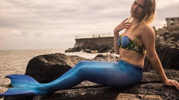 Linda Ågren har sminkat sig, har fjällliknande dekorationer på kroppen, snäckskalsbehå och en tajt fiskdräkt. Foto: Luke Bridgeman