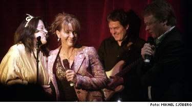 TV4:s nyhetsankare Anna Lindmarker släppte på banden och sjöng en grov sexsång om kungens snopp och pung med SVT:s reporter Karin Swärd från Kalla fakta som var utklädd till drottning Silvia i glittrig tiara.