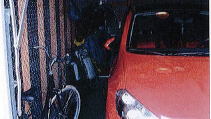 Vid samma tillfälle tvingades dotterns pojkvän in i pappans garage där han tvingades till en sexuellt förnedrande handling. Pappans bekanta tog bilder på pojkvännen. Foto: Polisen