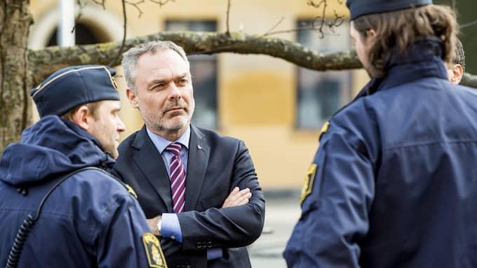 Jan Björklund samtalar med poliser på besök i Malmö. Foto: CHRISTIAN ÖRNBERG
