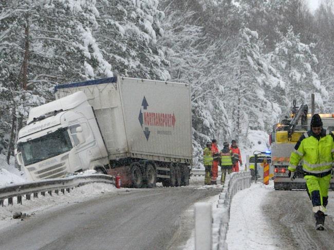 En syn som regeringen vill ska bli allt ovanligare i och med skärpta vinterdäckskrav för lastbilar.