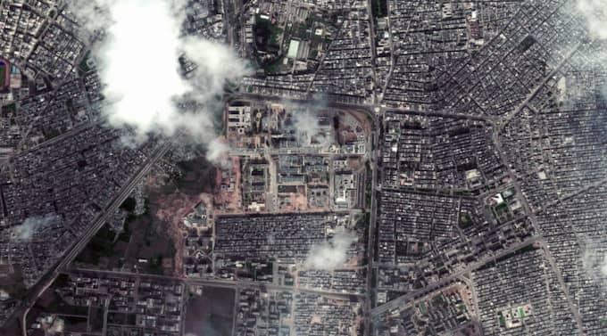 Rök stiger upp mot luften från några kvarter i centrala Homs.