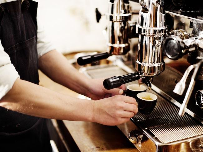 Cappuccino är gjord på lika delar espresso, ångad mjölk och mjölkskum.