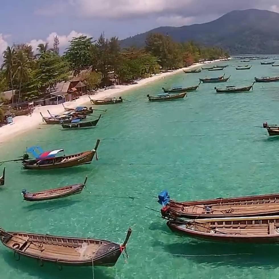 Bara något dygn efter tsunamin 2004 spärrade rika turistinvesterare av deras stränder på flera ställen över hela den Thailändska västkusten. Marken registrerades hos myndigheterna, medan anhöriga fortfarande letade efter sina kära bland likpåsarna. Foto: Brian Trappe