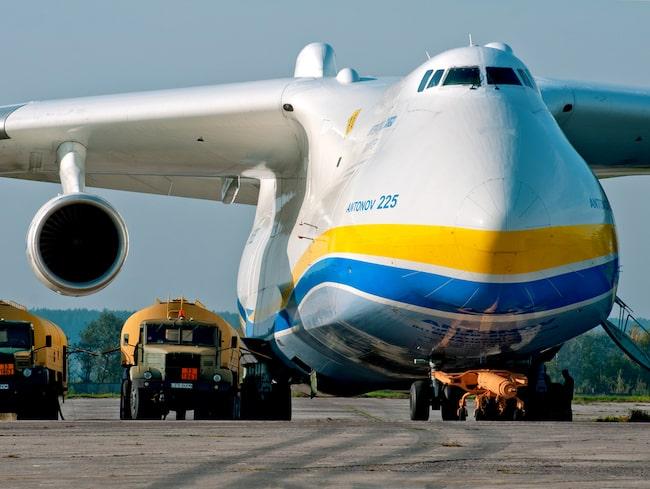 Flygplansmodellen väger 285 ton, klarar 355 tons last och är bestyckad med sex jetmotorer (de flesta plan har två).