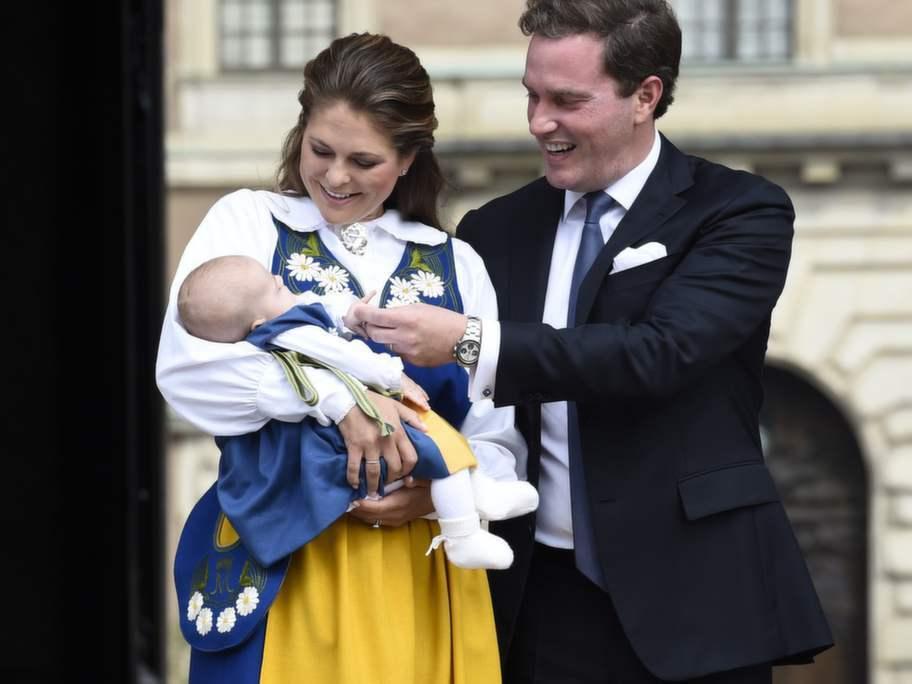Madeleine och Chris såg lyckliga ut när de visade upp Leonore utanför Slottet. Foto: Sven Lindwall