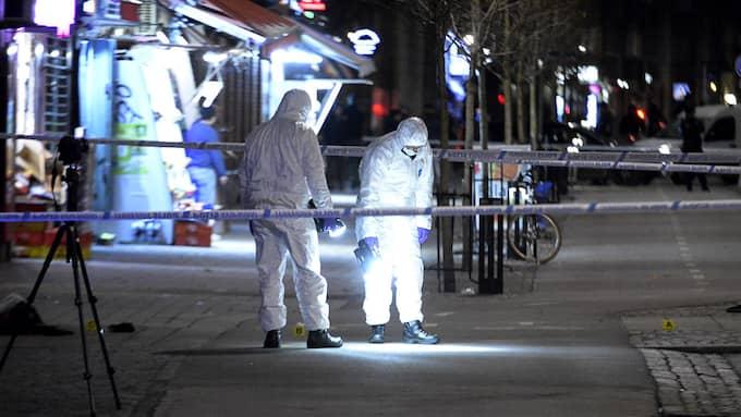 I söndags mördades en man på Möllevångstorget i Malmö. Fler Malmöbor känner sig oroliga för att utsättas för våldsbrott nu än året innan. Foto: FRITZ SCHIBLI