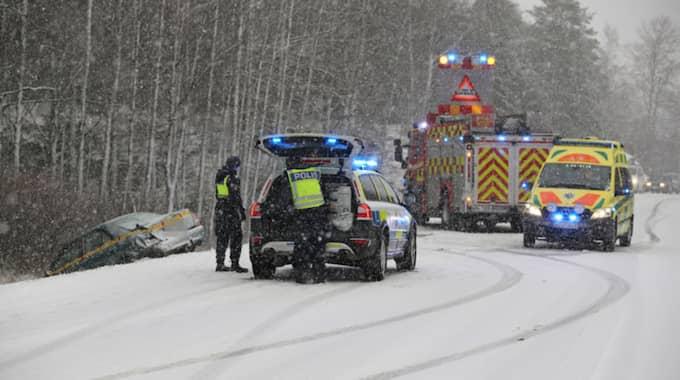 En bil körde av vägen och en person fördes till sjukhus efter olyckan. Foto: Robert Betzehag / Rescue Photo