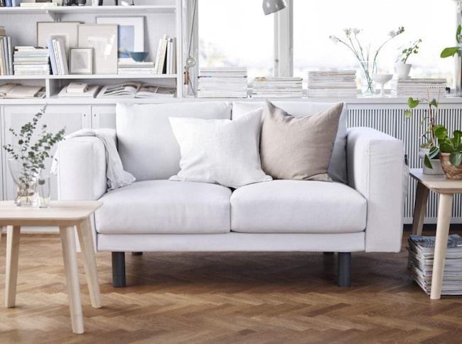 <span>Bulliga soffan Norsborg. Härtvåsitssoffa i vitt tyg med grå ben, 3 995 kronor.</span>
