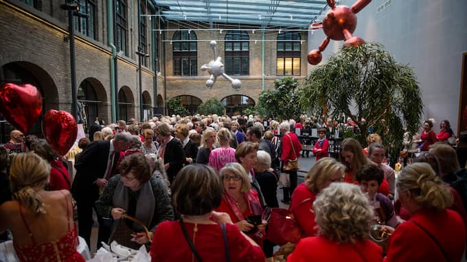 """""""Woman in red"""" uppmärksammar kvinnors hjärthälsa. Foto: HENRIK JANSSON"""