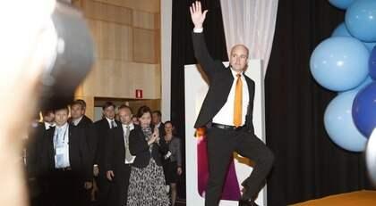 SITTER KVAR. Fredrik Reinfeldt hyllades av sina partikamrater på Moderaternas valvaka för två veckor sedan.