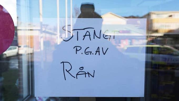Apoteket håller stängt till följd av den dramatiska händelsen. Foto: Robert Betzehag / Rescue Photo
