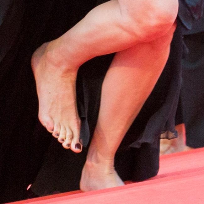Förra året nekades flera kvinnor inträde till ett event i Cannes eftersom de inte bar skor med klack. Detta år gick Roberts barfota på röda mattan.