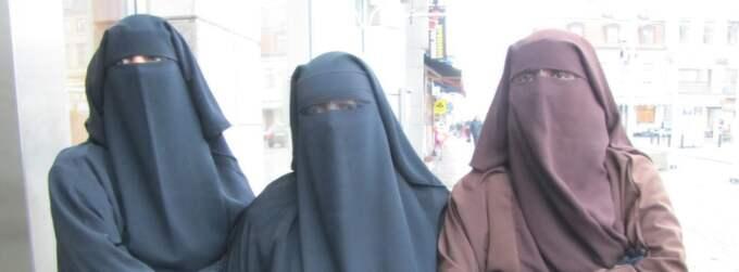 Här är de tre kvinnorna, 24, 23 och 27 år gamla, som i går slängdes ut från en rättssal i Göteborgs tingsrätt. Chefsrådmannen hävdar att han vill kunna se alla i rätten i ansiktet, medan kvinnorna tycker deras medborgerliga rättigheter har kränkts. Foto: Markus Hankins
