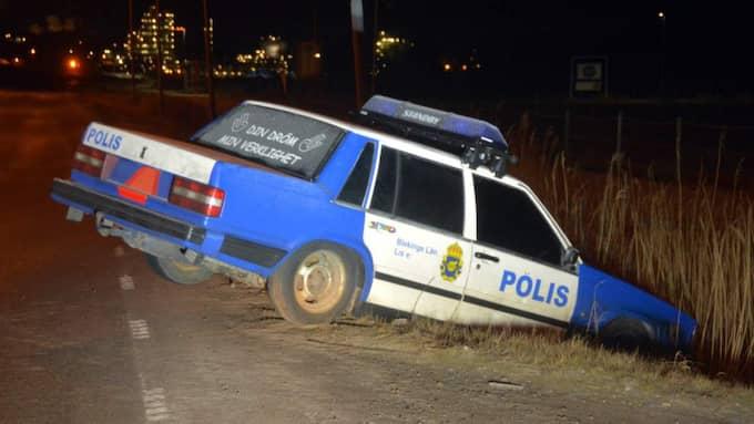 Larmet kom in som om en polisbil kört i diket – men det var inte riktigt sant. Nedkörd i vägrenen i Stenungsund fanns inga kolleger till patrullen som åkte ut. Polisbilen var falsk. Foto: Mikael Berglund