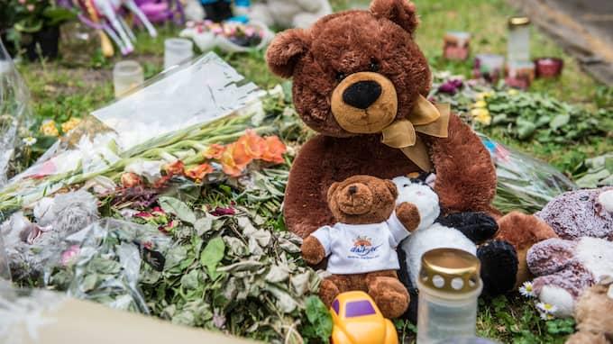 Många la blommor och leksaker nära lägenheten när det stod klart att mamman och tre små barn dött. Foto: HANNA BRUNLÖF