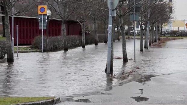 Kraftiga översvämningar i Uddevalla – bilar fick bärgas bort