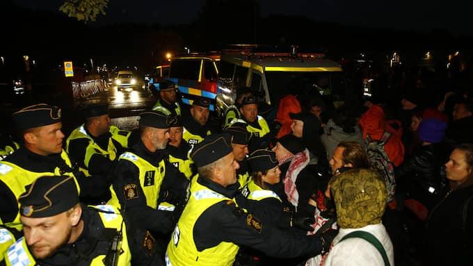 Läget var stundtals spänt när demonstranter protesterade mot utvisningarna. Flera person försökte forcera polisens avspärrningar vid förvaret i Kållered. Foto: HENRIK JANSSON