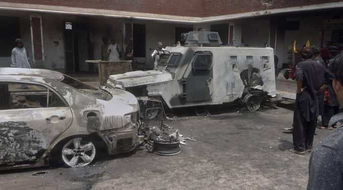 Två pakistanska talibaner sköt i lördags ihjäl fem poliser och sprängde sedan ihjäl ytterligare sju samt sig själva med hjälp av en självmordsbomb, uppgav en talibantalesman på söndagen. Foto: Ishtiaq Mahsud