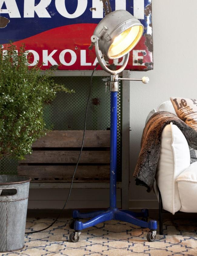 Rejäl lampa<br>Industrilampa på hjul, 5 500 kronor, Dusty deco. Myrtenträd, 1 250 kronor, Floristkompaniet, står i en plåthink, 695 kronor, Posh living.
