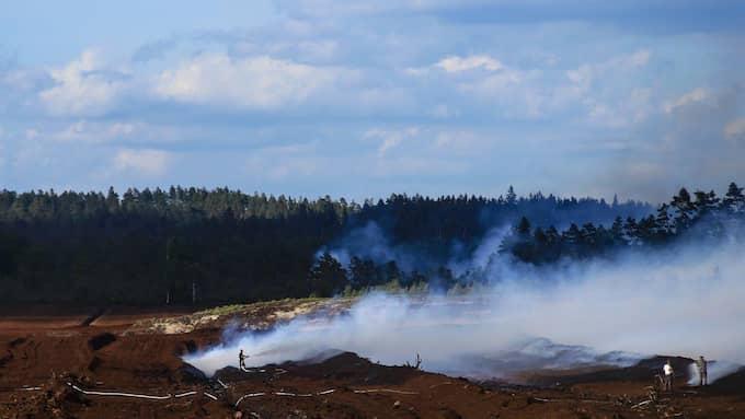 Drygt ett 90-tal personer kämpar mot branden utanför Värnamo. Foto: HENRIK ÅSLUND