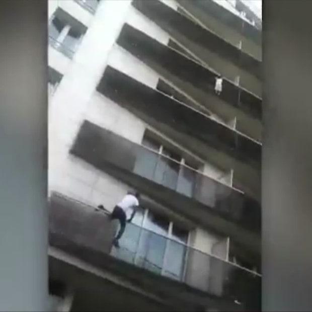 Pojken hänger från balkongen - då griper spindelmannen in