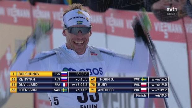 Här går Emil Jönsson i mål för sista gången – blir nedsprutad med skumpa