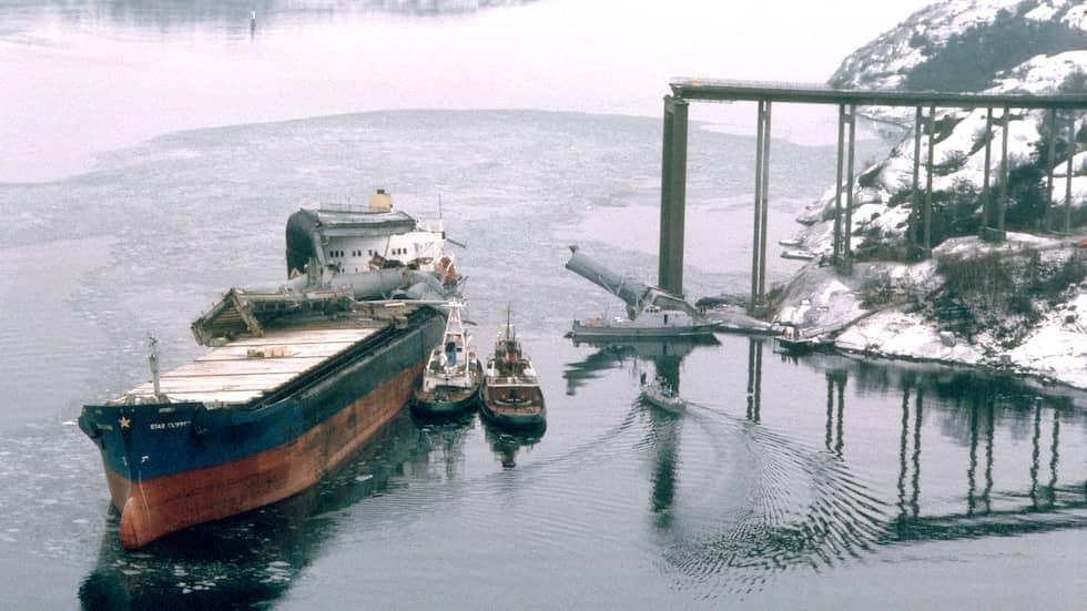 """Tjörnbron/Almöbron blev påseglad i januari 1980 av """"Star Clipper"""". Flera människor omkom som följd då bilar körde över kanten ner i vattnet 40 meter under bron. Foto: BENGT O NORDIN BON / SVT BILD SCANPIX SWEDEN"""