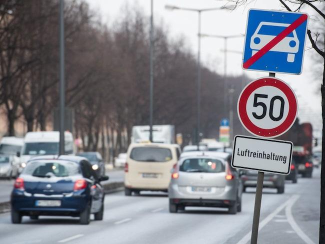 Skylten 'Luftreinhaltung' i München i Tyskland innebär att bilar måste köra långsammare för att minska luftföroreningarna.