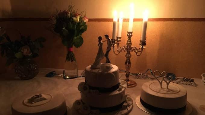 Det nygifta paret kunde servera tårta och kaffe två och en halv timme senare än planerat. Foto: Privat