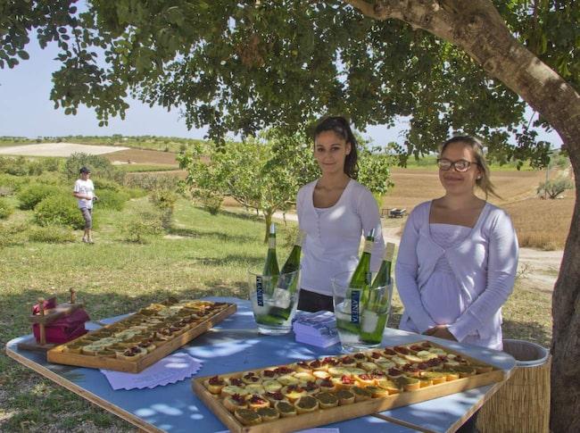 <strong>Italiensk lunchbuffé. </strong>Vid ett besök på vingården Buonivini bjuder Federica och Naomi på en liten lunchbuffé på bruschetta och vin.