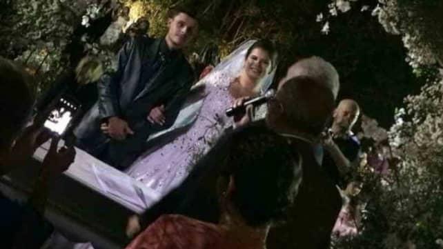 Trots helikopterkraschen väljer brudparet att genomföra vigseln. Foto: Luciana Paciello/Facebook