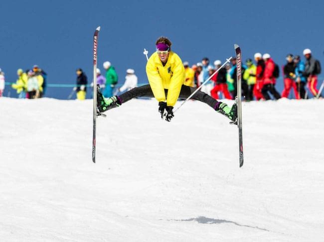 <span>Skippa dans runt stången och kliv i skidorna. Här tar Anton Axellie sats i härlig retro-outfit.<br></span>