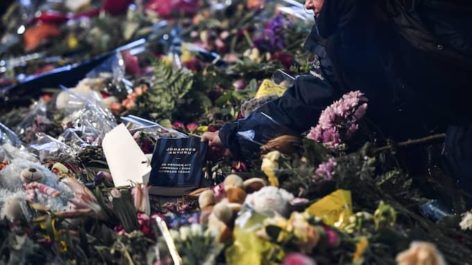 Blommor och hälsningar på Drottninggatan i Stockholm efter terrordådet den 7 april. Foto: PONTUS LUNDAHL/TT