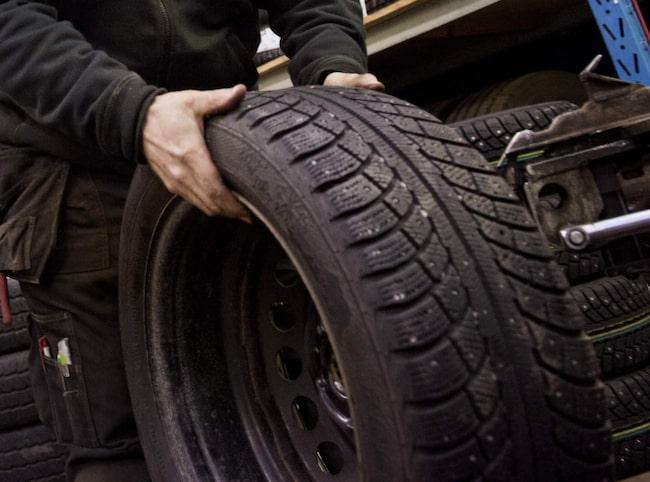 privatpersoner slarvar ganska mycket när de skiftar till vinterhjul, visar en undersökning.