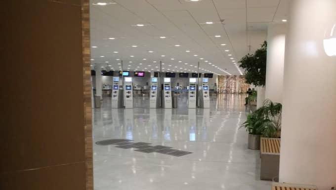 Nu är delar av flygplatsen avspärrad och bombgruppen befinner sig på platsen. Foto: Läsarbild