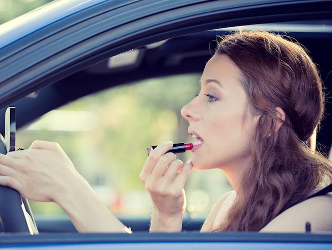 Och det är 17 procent mer sannolikt att de ska sminka sig medan de kör.