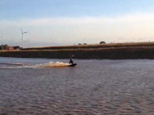 Han kitesurfar i översvämningen