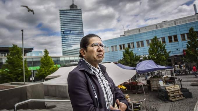 """""""De är så rädda för honom. Han vill döda romerna och han lyckas skrämma bort dem. Inte bara från Kista, utan från landet"""", berättar Bienvenido Flores, talesperson på Cemis, center för EU-migranter i Sverige. Foto: Michaela Hasanovic"""