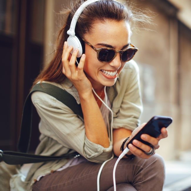 Hörlurar hjälper dig koppla av på resan.