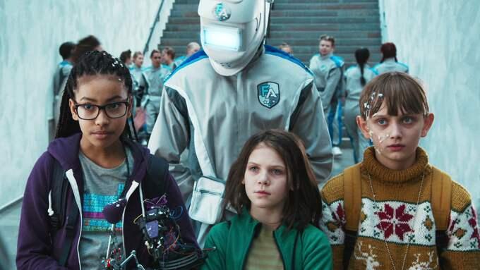 Lima (Naima Palmaer), Asrin (Monna Orraryd) och Max (Vincent Wettergren) är antagna till Framtidsakademin. Foto: SVT
