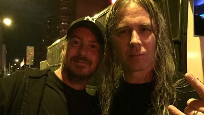 Mats Eriksson när han fick träffa idolen Alex Webster, basist i gruppen Cannibal Corpse. Foto: Privat