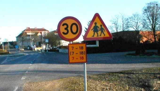 Trots att skylten visar 30 km/h kan det vara så att 50 km/h är det som gäller. Det tackar en man från Osby för som friades från fortkörning. Foto: Robbert Ullmin